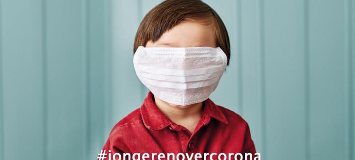 Een kind met een mondmasker dat hun hele gezicht bedekt.